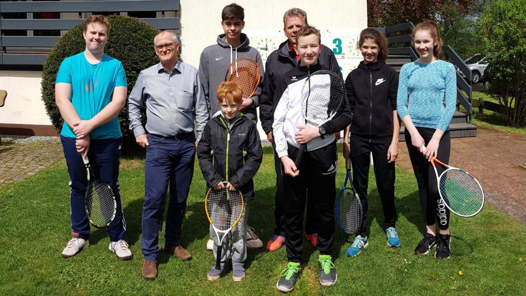 Gruppenbild mit einigen Jugendlichen, Geschäftsführer Patrik Mohr und Jugendtrainer Michael Quadflieg